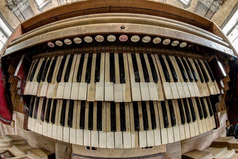 Viejo y quebrado órgano de la iglesia - teclado foto de archivo libre de regalías