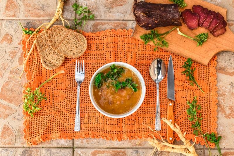 Viejo y rústico arreglo de la comida con la sopa de habas fotografía de archivo