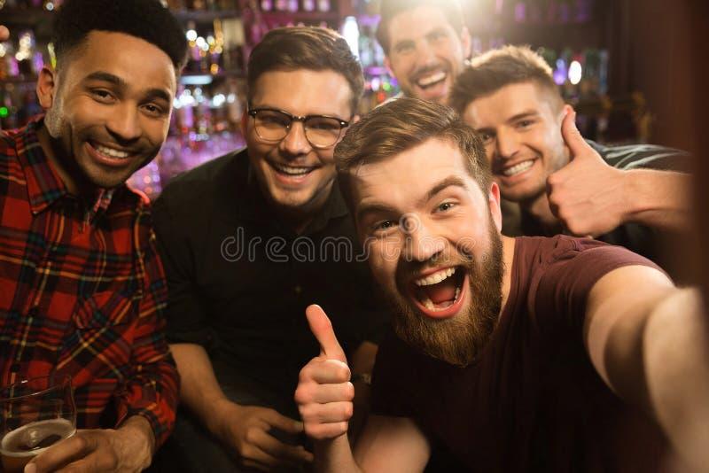 Viejos amigos alegres que se divierten tomando el selfie fotografía de archivo libre de regalías
