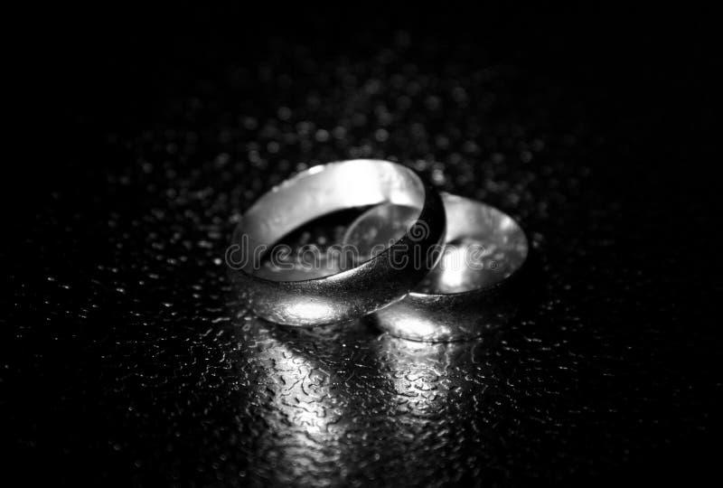 Viejos anillos de bodas, efecto del agua imágenes de archivo libres de regalías