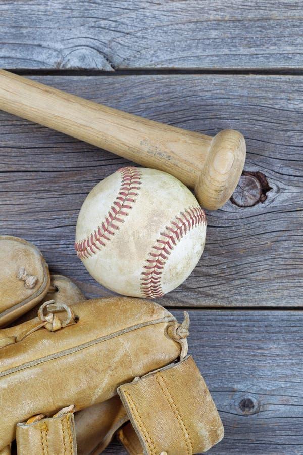 Viejos artículos del béisbol en la madera rústica fotografía de archivo libre de regalías