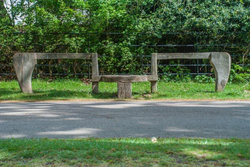 Viejos asientos de madera durante un paseo en el jardín fotos de archivo libres de regalías
