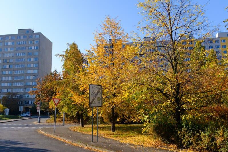 Viejos bloques de apartamentos concretos en Praga imagen de archivo libre de regalías