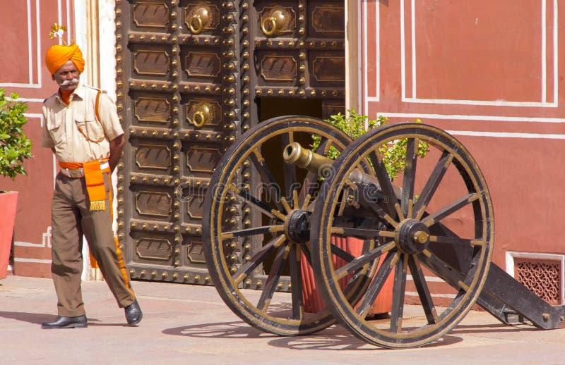 Viejos cañón y guardia Within el palacio Jaipur, la India de la ciudad fotos de archivo libres de regalías