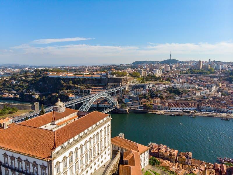 Viejos ciudad y Dom Luis Bridge de Oporto sobre el río del Duero en Oporto, Portugal, visión aérea fotos de archivo