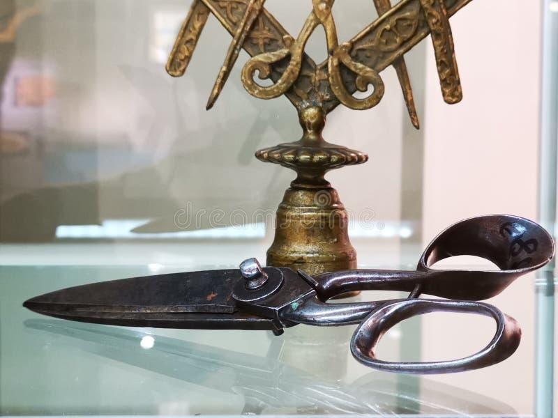 Viejos detalles de las tijeras - opinión de la ventana imágenes de archivo libres de regalías