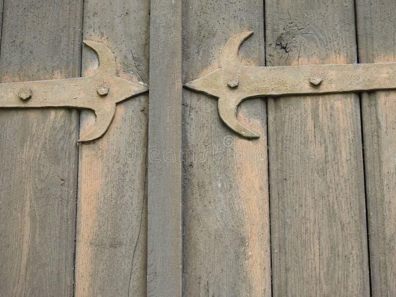 Viejos detalles de madera hermosos de la puerta de la iglesia católica, Lituania foto de archivo