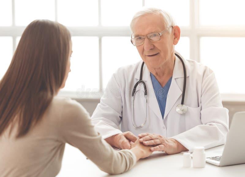 Viejos doctor y paciente imágenes de archivo libres de regalías