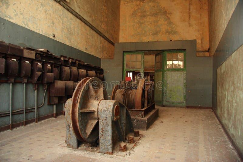 Viejos elementos eléctricos en mina de carbón cerrada imagen de archivo