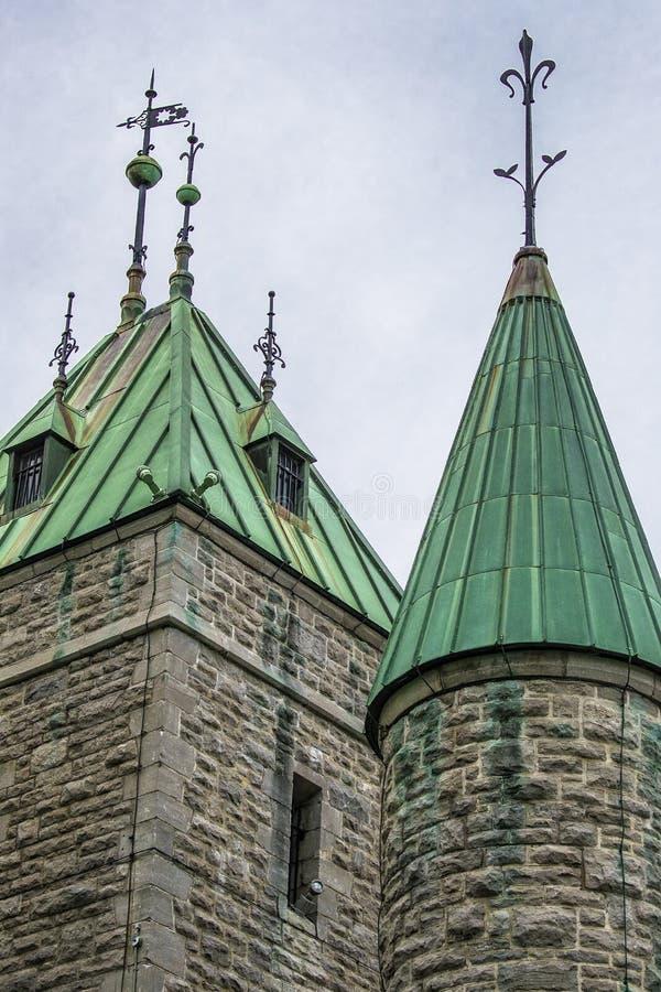 Viejos fortalecimientos militares de la torre dentro de la ciudad de Quebec con el decorationsl del chapitel imagenes de archivo