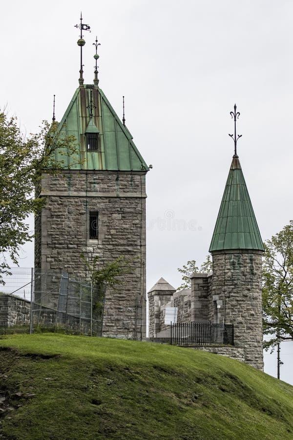 Viejos fortalecimientos militares de la torre dentro de la ciudad de Quebec en la colina de la hierba verde fotografía de archivo