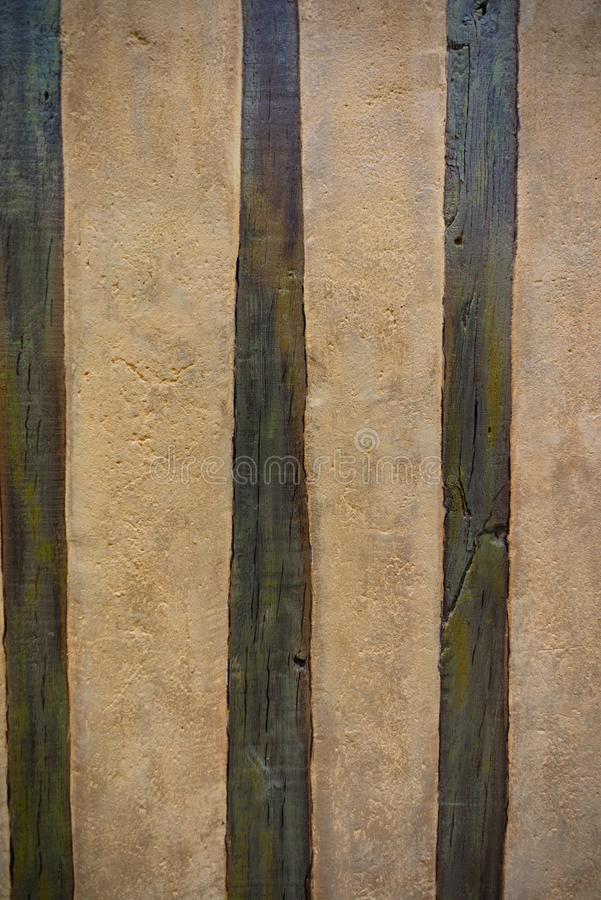 Viejos haces de madera y fondo del cemento foto de archivo