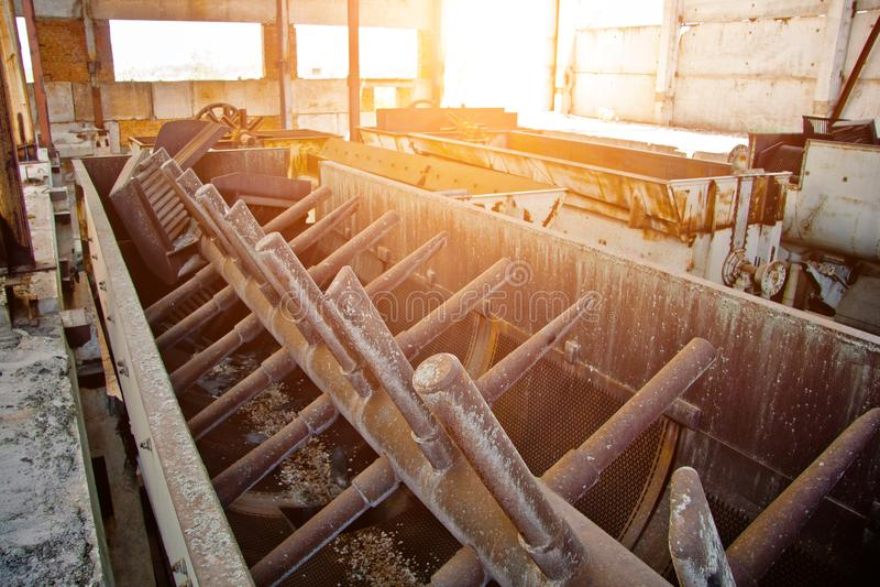 Viejos maquinaria y mecanismo arruinados oxidados en la fábrica abandonada fotografía de archivo libre de regalías