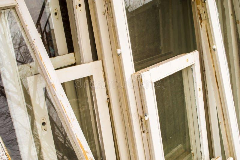 Viejos marcos de ventana blancos fotos de archivo