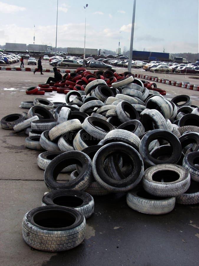 Viejos neumáticos y estacionamiento fotografía de archivo