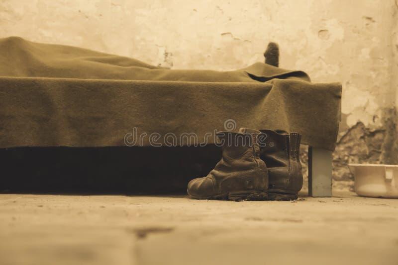 Viejos pares de botas cansados imagen de archivo libre de regalías