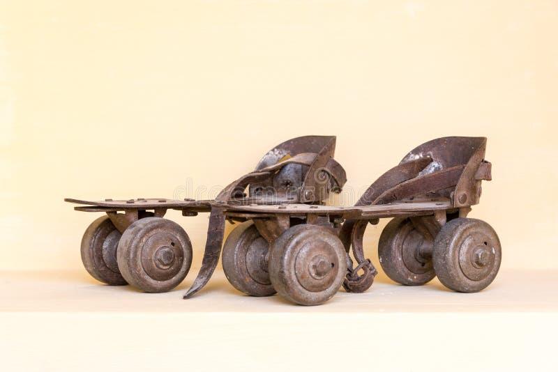 Viejos pares de patín de ruedas imagenes de archivo