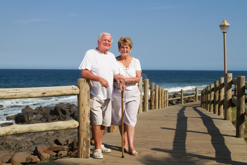 Viejos pares en la playa foto de archivo