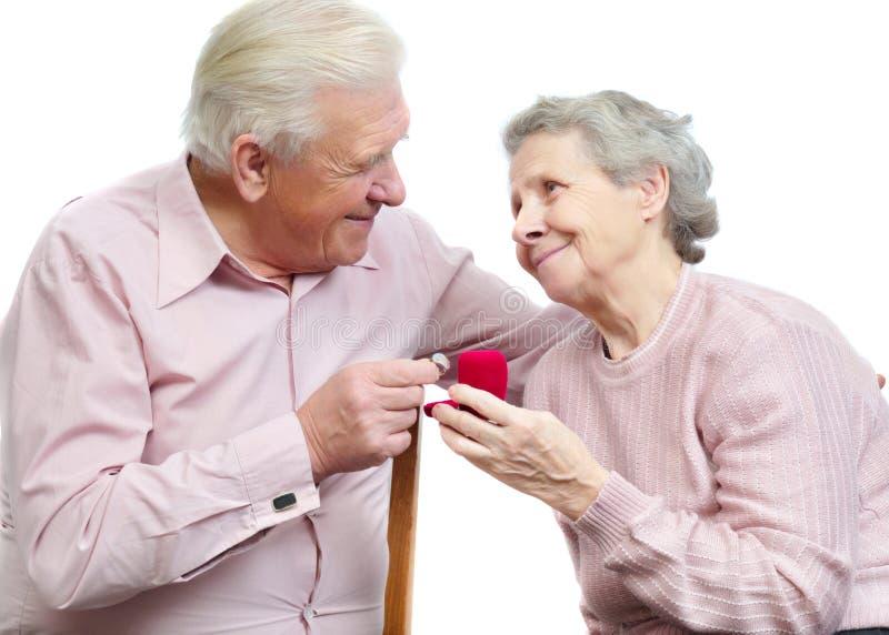 Viejos pares felices con el anillo de compromiso en forma de corazón fotos de archivo