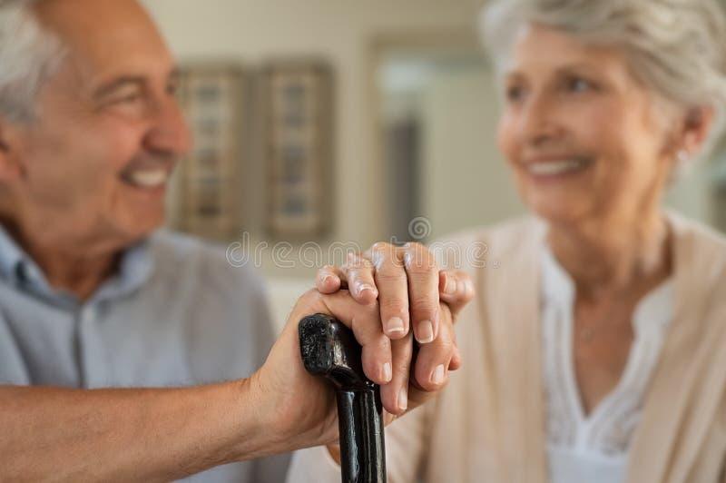 Viejos pares felices que sostienen el bastón fotografía de archivo libre de regalías