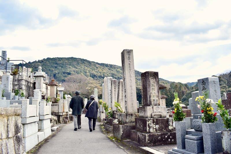 Viejos pares que caminan en el templo de Kyoto Japón 2018 nuevo fotos de archivo