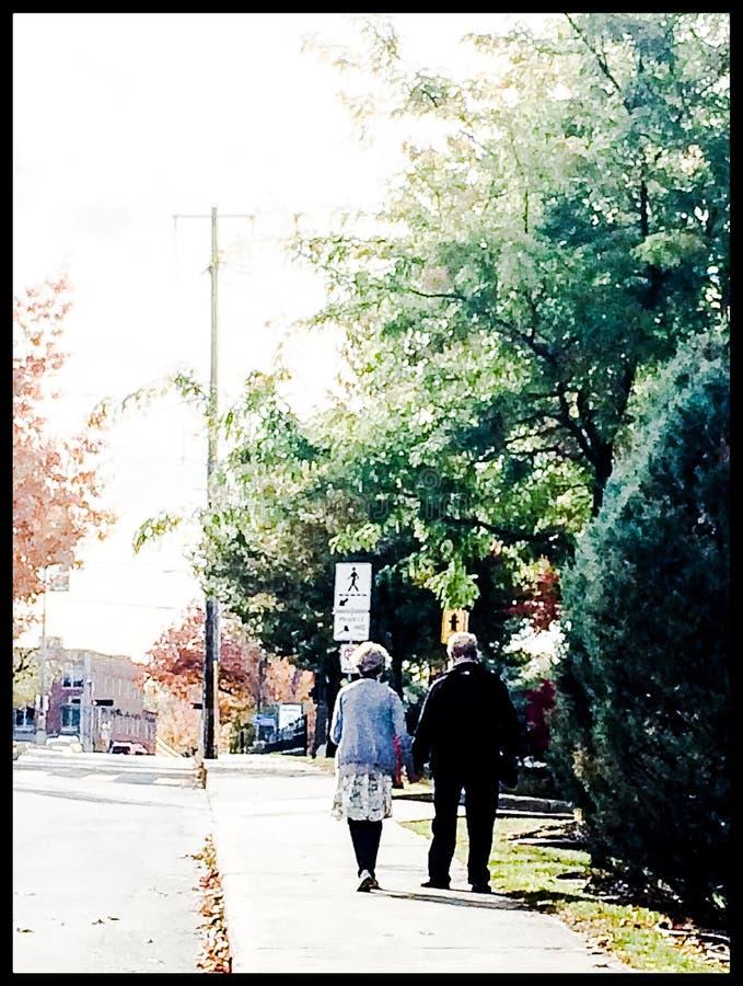 Viejos pares que caminan en la calle foto de archivo libre de regalías