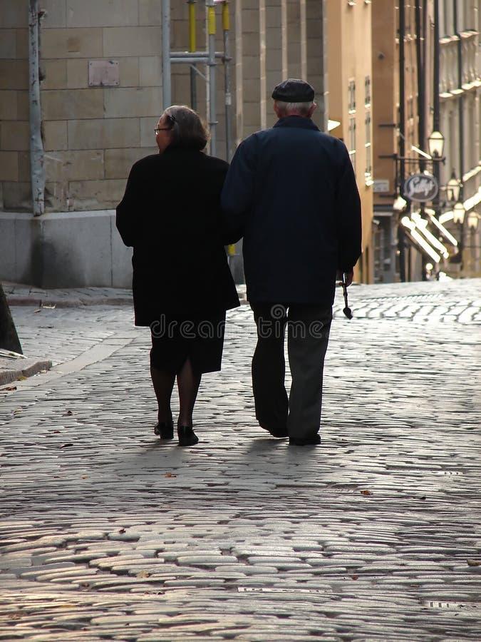 Viejos pares que recorren a casa foto de archivo