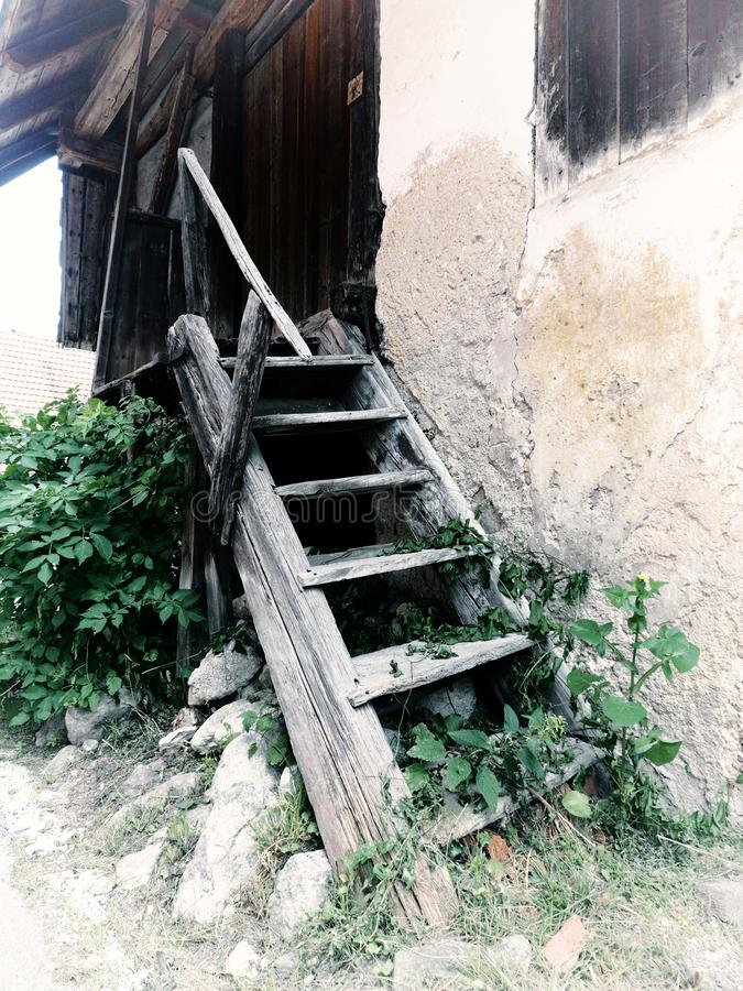 Viejos pasos de madera al granero fotos de archivo
