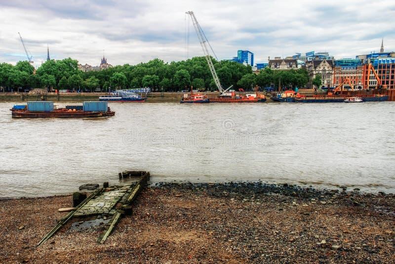 Viejos pasos del taxi del río imagen de archivo