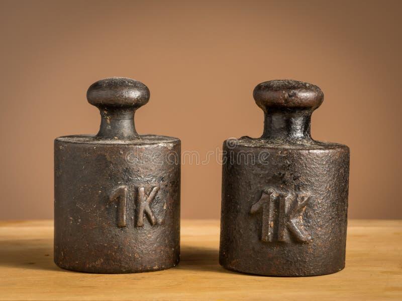Viejos pesos del hierro 1kg para una escala de la cocina foto de archivo