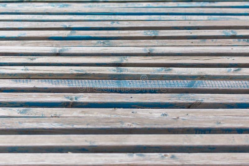 Viejos tableros de madera en un banco como fondo foto de archivo
