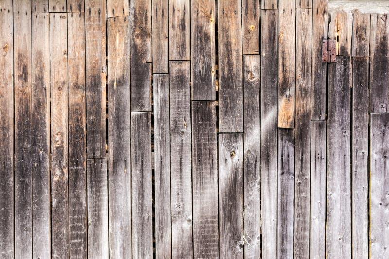 Viejos tableros resistidos verticales, textura de los paneles de madera antiguos oscuros, fondo de la abstracción de la decoració fotografía de archivo libre de regalías