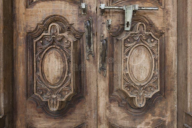 Viejos tirador de puerta y perno de madera fotografía de archivo libre de regalías