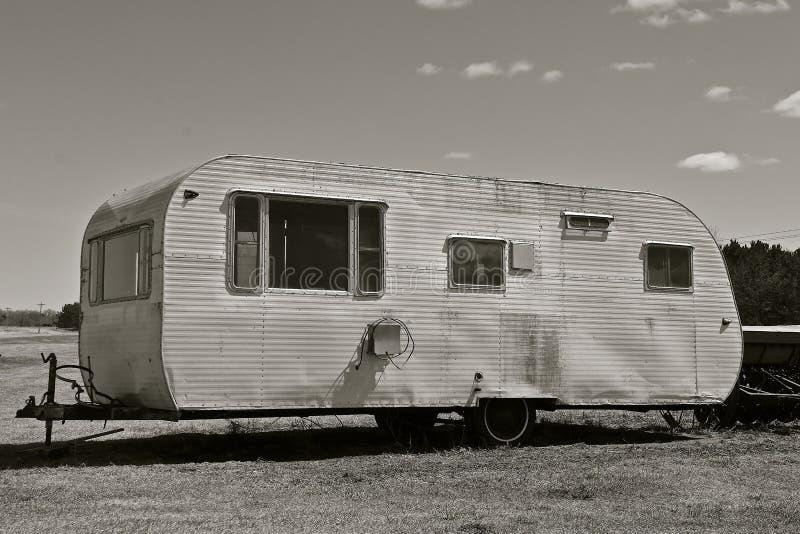 Viejos usados tiran del campista blanco y negro fotos de archivo