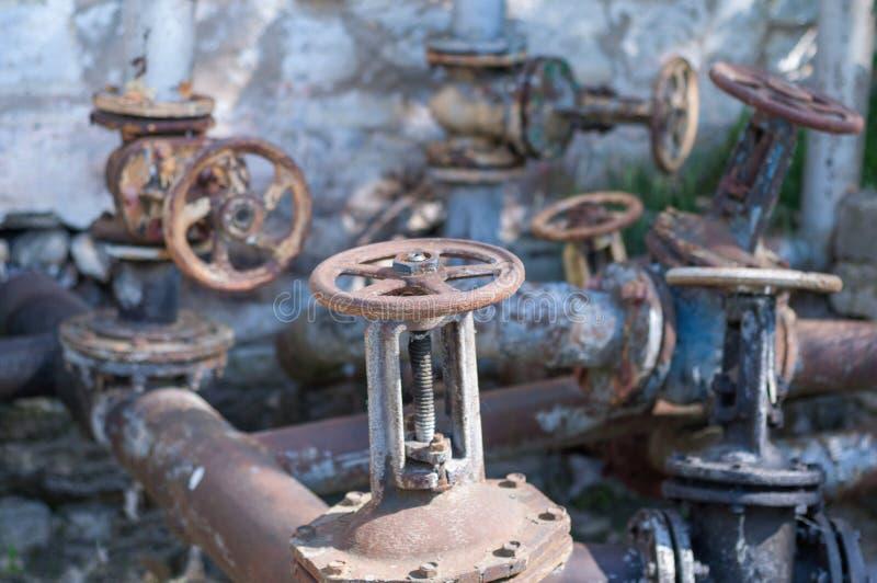 Viel altes Metallrostiges Ventil stockfoto