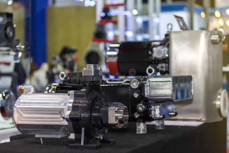 Viel Art der Pumpe für Hochdruck in der industriellen Arbeit über Tabelle stockfoto