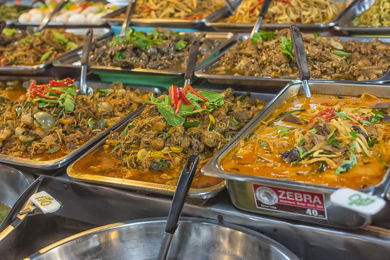 Viel Art des thailändischen Lebensmittelverkaufs im Straßenmarkt, Thailand lizenzfreies stockbild