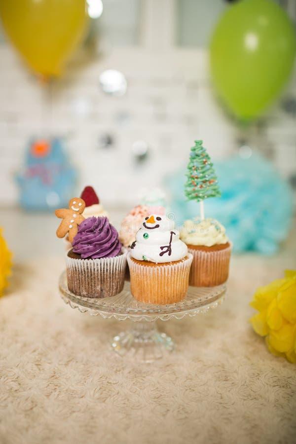 Viel Capcakes mit neues Jahr ` s Dekor lizenzfreie stockbilder