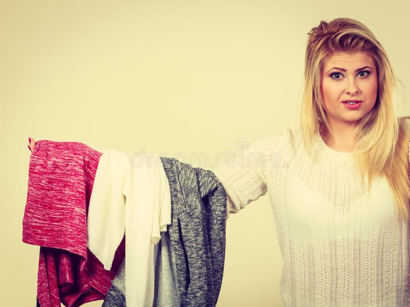 Viel Frau, halten Kleidung stockfoto
