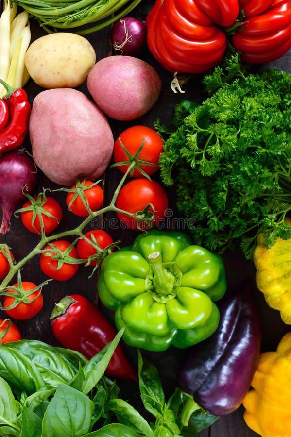 Viel frisches organisches Gemüse auf einem hölzernen Hintergrund lizenzfreie stockfotografie