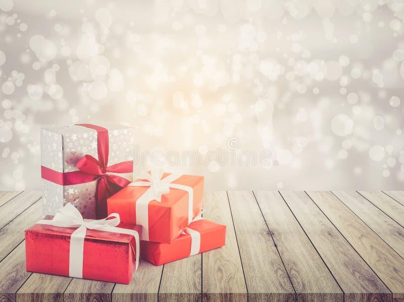 Viel Geschenkbox mit Band auf hölzernem Tischplatte bokeh Weißhintergrund lizenzfreies stockfoto