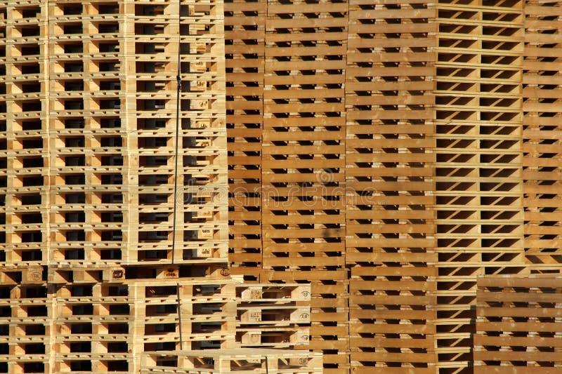 Viel hölzerner Ladeplattenspeicher auf Fabrikyard stockfoto