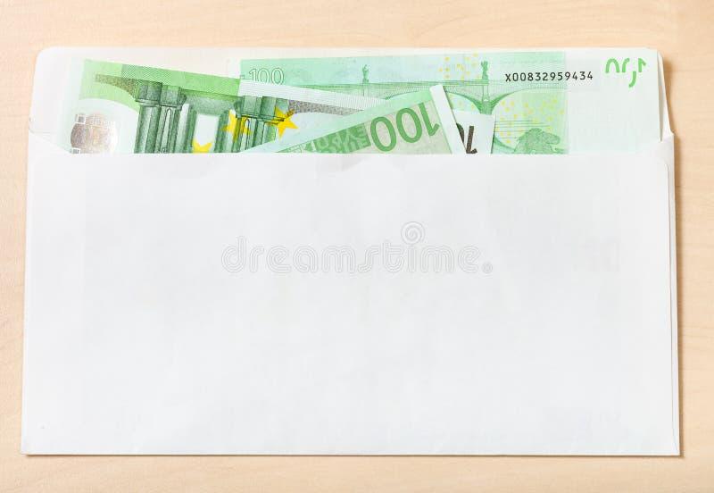 Viel hundert Euroanmerkungen im Umschlag auf Tabelle lizenzfreies stockbild