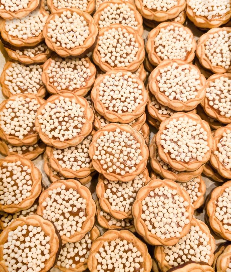 Viel kleines rundes Plätzchen mit kleinen Puffreisen stockbilder