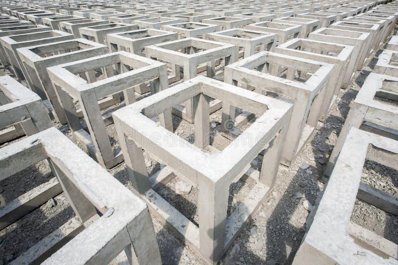Viel konkrete quadratische Form Vorgußkasten der niedrigen Qualität konkret lizenzfreie stockfotos