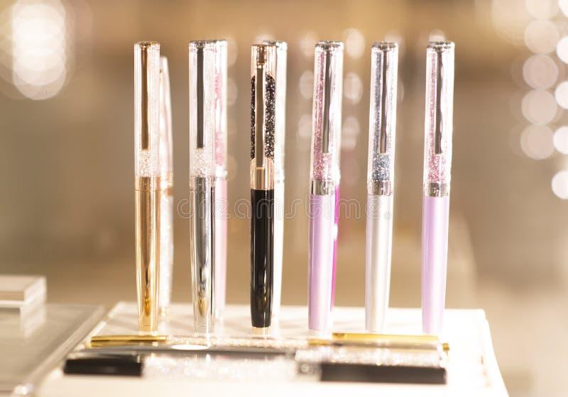 Viel Kugelschreiber mit Kristall lizenzfreies stockbild