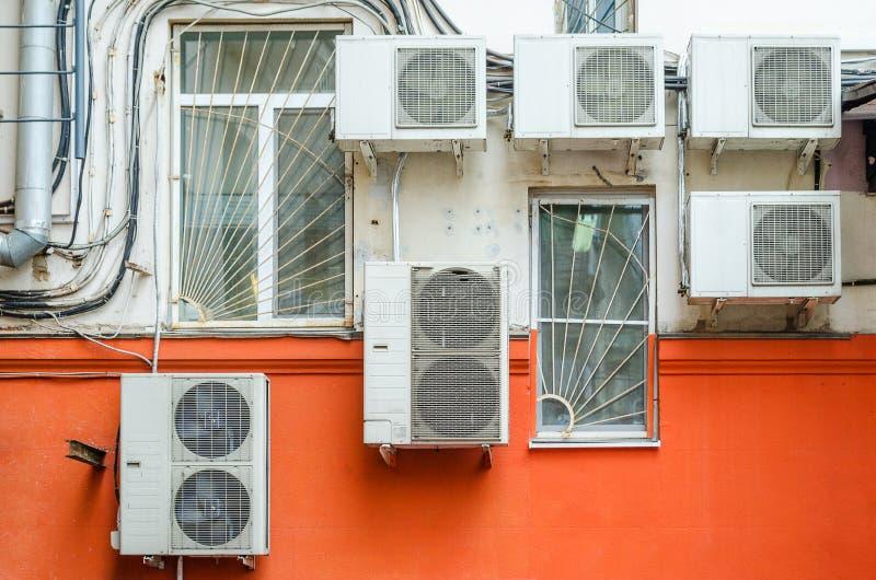 Viel lüftet Kompressor hängen an einer Wand stockfotografie