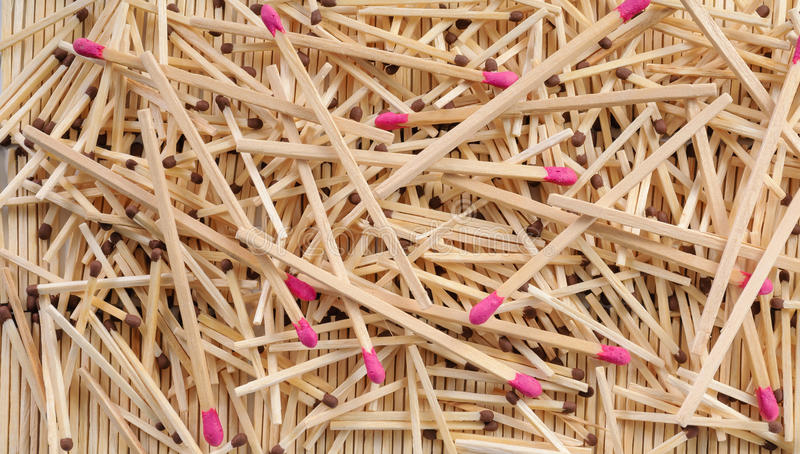 Viel Match mit dem Braun und rosafarbenen Matchköpfen, die auf Reihen zerstreuen stockfotos