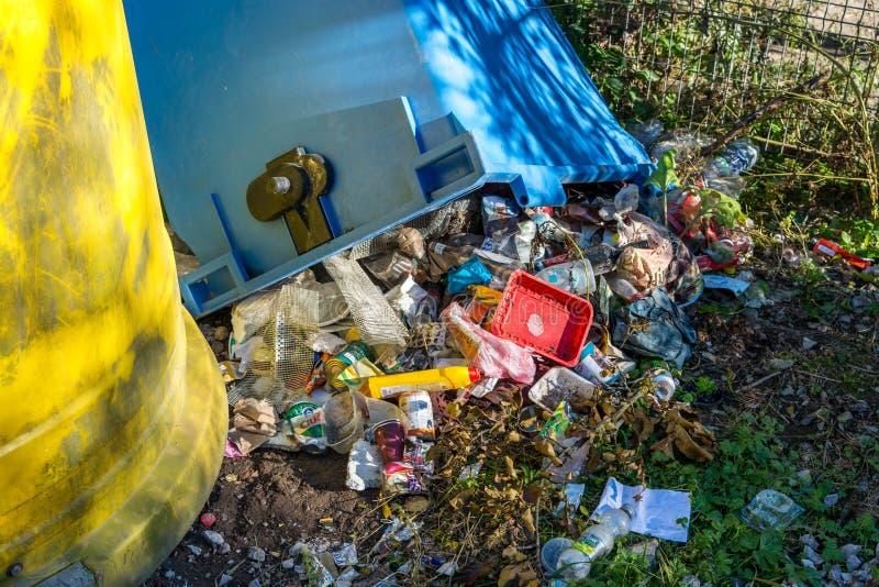 Viel menschlicher Abfall nahe selektiven Behältern stockbilder