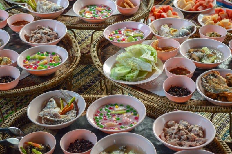 Viel Nahrung, Nahrung für die Mönche, thailändische Nahrung lizenzfreie stockbilder